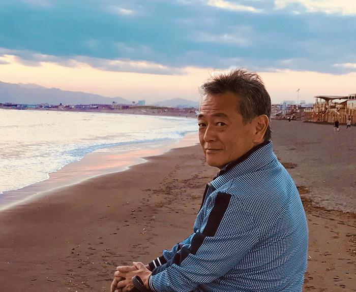 自宅近くの海でくつろぐ柴田明彦