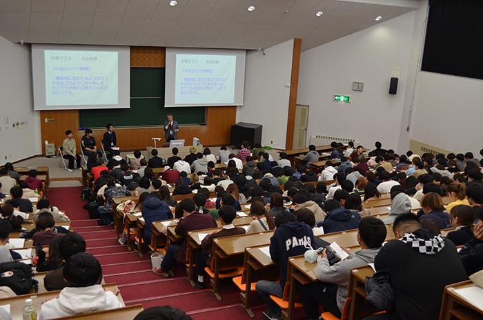 大学で講義中の柴田
